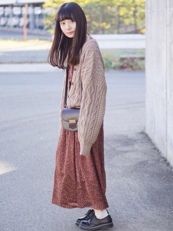 ココア色ラテカラーのカーディガンを羽織ったコーデ。あわせる濃い色のワンピースをやさしい印象にしてくれます。バッグや靴の引き締めカラーもグッドバランスです。