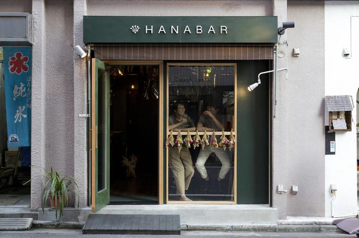 最後にご紹介するのは大人女子におすすめしたいスポット「HANABAR」です。こちらは、カフェというよりもバーということでおしゃれなフラワーカクテルが楽しめるスポットです。