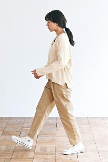 ニット×テーパードパンツのメンズライクなコーデも、ラテカラーでまとめれば女性らしくやさしい雰囲気に。Vネックの襟元が広いので、柄物のインナーや差し色を合わせてみるのもいいですね。さらっとロングアウターを羽織って、かっこよく街を歩きたいコーデです。