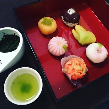 みたらし団子や蕨餅、季節のお菓子との組み合わせを楽しむのも粋です。紅葉見物と合わせて鎌倉で味わう大人の楽しい時間を過ごすことができますよ。