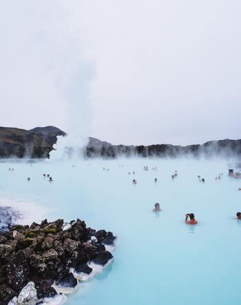 そんなアイスランドを訪れるならオーロラもおすすめですが、プールのように大きな温泉「ブルーラグーン」を訪れてみるのもいかがでしょうか。秋になると温泉も気持ちの良いシーズンになります。運が良ければこのブルーラグーンからもオーロラが見られることがありますので、ダブルで楽しめちゃうおすすめスポットですよ◎
