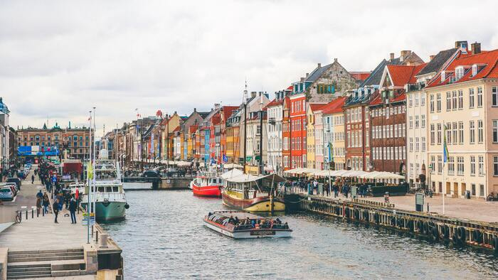 ヨーロッパ大陸の最北端に位置する「デンマーク」、カラフルな街並みが連なる可愛いと人気な観光スポット*そのデンマークの中でも首都のコペンハーゲンは、街歩きにカフェ巡り、家具などのインテリア探しなどおしゃれに敏感な方が注目するおすすめなスポットです!