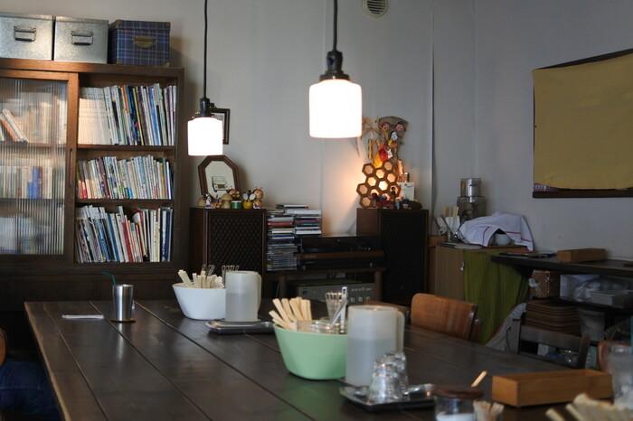 そんなミツバチ堂の奥にはレトロで小さな本棚が置いてあります。もちろんこちらから本をチョイスしても良いですし、持ち込んだお気に入りの本を読むのも良いでしょう。