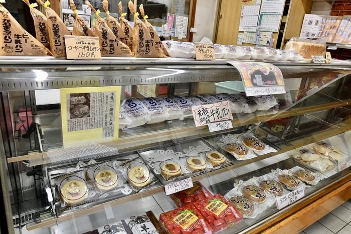お店の中には昔ながらの和菓子屋さんのようなショーケースが。牛乳パンにはコーヒー牛乳バージョンもあり、人気の高さが伺えます。