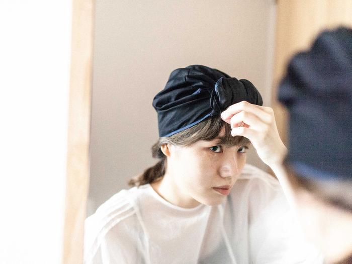 「HAIR CREPERIE(ヘアークリープリー)」は、表地にはコットン、髪に接する部分にはシルク混の生地を使用しているから、通気性が良く年中快適に着用でき、乾燥や寝具との摩擦から髪を守って美しい髪へ導いてくれます。