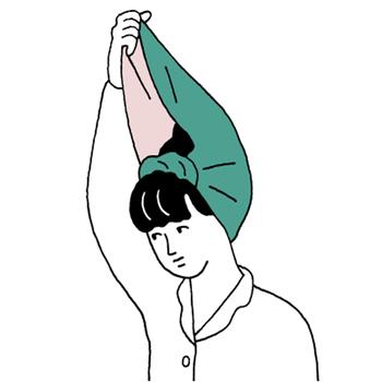 かぶり方は意外と簡単。ヘアバンドのように頭に巻き、生地の先端を手に持って、髪を中に包み込みます。