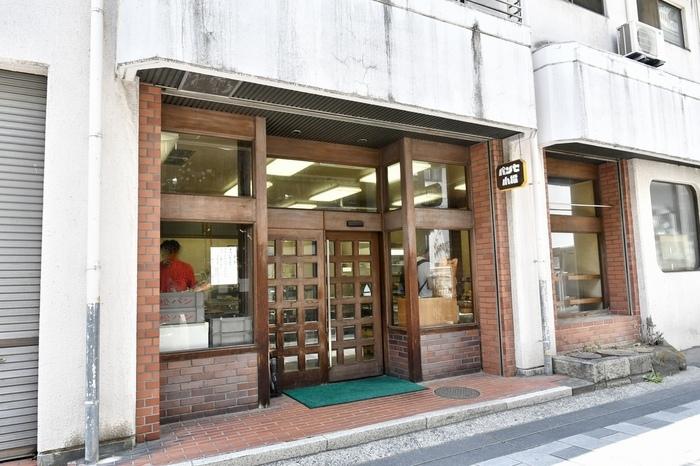 松本駅から徒歩13分の場所にある「小松パン店」。松本城からほど近い距離にあり、観光の際にも寄り道しやすい立地です。