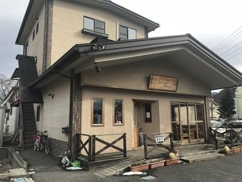 塩尻駅から徒歩5分の場所にある一軒家のパン屋さん。パンの販売の他にイートインスペースもあります。