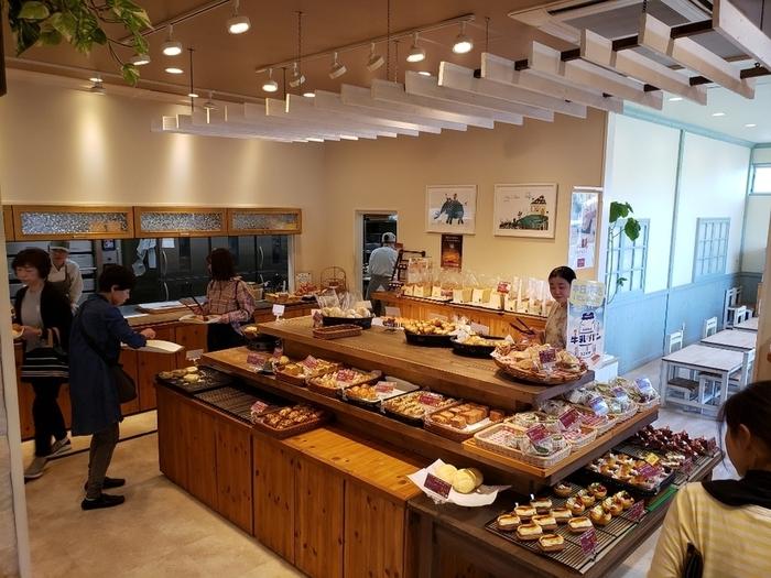 店内は明るくて開放的な空間。可愛らしいイートインスペースも併設されていて、購入したパンをその場で楽しむこともできます。