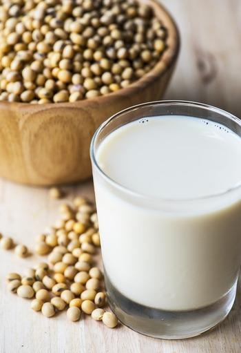 """最近では、すっかり健康飲料として定着した""""豆乳""""。豆乳は、水に浸した大豆をすりつぶし、煮詰めて濾した液状の飲み物のことです。これににがりを入れて固めると、豆腐になります。"""