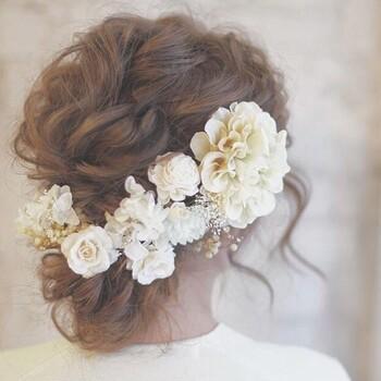 アンティークな雰囲気が可愛いヘッドドレス。優しい色合いのダリアとアジサイが、白いウェディングドレスによく似合いそうです。