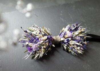 新郎のアイテムも忘れてはいけません。最近は、新婦のブーケに合わせて作ったお花の蝶ネクタイもトレンド。