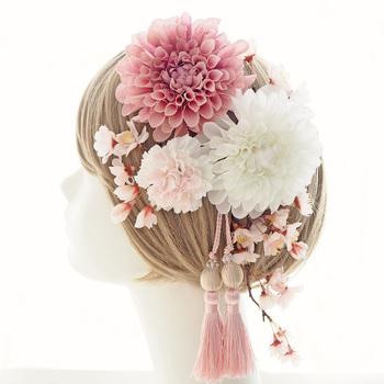 ピンクと白のダリアが目をひく、柔らかい色合いでまとめられたヘッドドレス。ボブスタイルなどのシンプルな髪型に付けるだけでも、一気に華やかな印象に仕上がります。