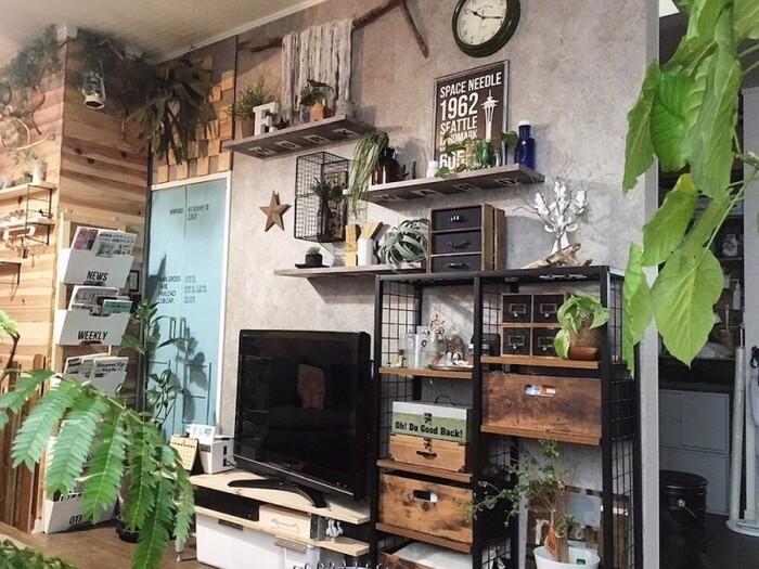 グレーの壁紙やアイアンラックなど男前なアイテムでかっこ良く決めつつ、ウッド雑貨や植物といったナチュラルな雑貨を飾ることで、クールになり過ぎないリラックス空間を演出。手作りの棚板や引き出しなどが、良い味を醸し出しています。お手入れの手が届きにくい高い棚などには、フェイクグリーンなどを飾るのがおすすめですよ。