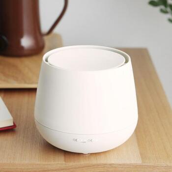 スタイリッシュで美しいデザインが魅力の、超音波式ディフューザーです。1度スイッチを入れると、最長54時間も香りを楽しめます。