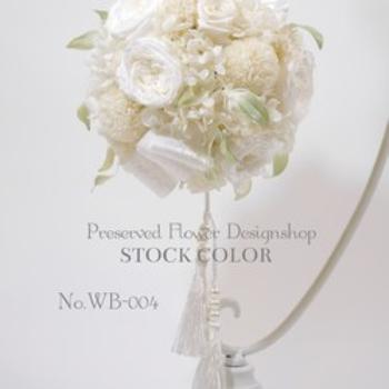 こちらはホワイトでまとめられたブーケ。花材は全てプリザーブドフラワーを使用しているため、上品さがより増します。