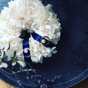 結婚式の中でも大切なアイテムの一つ「リングピロー」。こちらのオフホワイトの紫陽花はプリザーブドフラワー。シンプルなのに存在感がある作品です。