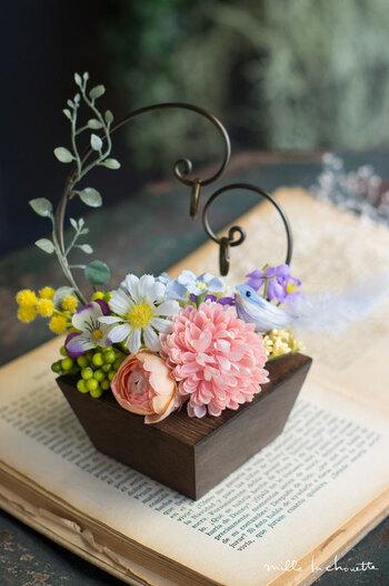 こちらはハートのワイヤー部分にリングをかけられるのが可愛らしいデザインのアイテム。華やかなお花の中に、こっそり小鳥が隠れているのも可愛いですね。