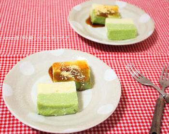 豆腐と片栗粉を使ったユニークなわらび餅。甘みもメープルシロップを使って、カロリー控えめに仕上げています。白と抹茶入りの二段重ねで色合いも美しいですね。