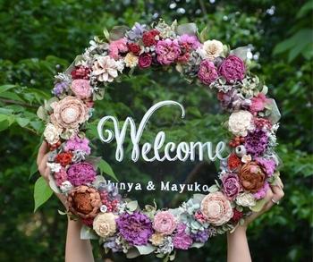 ゲストが会場について一番に目にするウェルカムボードも、センスの見せどころですよね。こちらはたっぷりのお花を使った華やかなウェルカムボード。ゲストも喜んでくれそうなデザインです。
