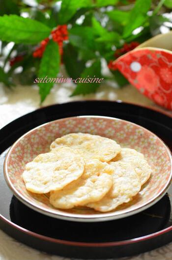 アミ海老のうまみと香ばしさに、米粉のもちもち感。簡単な材料で作れるグルテンフリーの軽いおやつです。ダイエット中に小腹がすいたときなどにもよさそうですね。