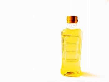 各植物油の特徴を見ていく前に、まず、サラダ油について簡単にご説明しておきます。 大容量で売られているサラダ油は、値段が安いので手頃に家庭で使えますよね。ところでサラダ油とはいったい何か?というと、とうもろこし、なたね、ひまわりの種、大豆といった植物の種子を原料とする油の総称です。もともとは「生野菜に合う食用油」として売り出されたのが名前の由来だとか。