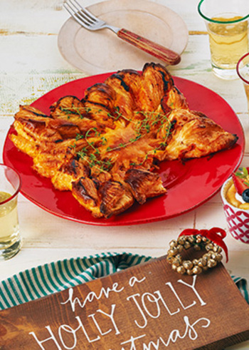 こちらのパイはトマトソースとベーコンのシンプルな具材ですが、パイの切り方がポイント。かぶせたパイシートの中央から放射状に切込みを入れ、ねじって成型します。切り取りやすくなるので、ピザのように頂くことができますよ。