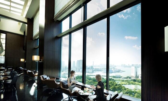 次にご紹介するのは、汐留のホテル「コンラッド東京」の28Fにあるバー&ラウンジ「トゥエンティエイト」。大きな窓からは浜離宮庭園や東京湾が見下ろせる絶景となっており、非日常な時間を味わうことができます。