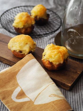 ひと口サイズでパクっと食べられるじゃがいもパイ。カップ型に焼いておいたパイシートにマッシュしたじゃがいもとチーズを乗せて、トースターで焼き目をつけます。じゃがいもにはアンチョビとニンニクが入っているのでお酒にもよく合いますよ。