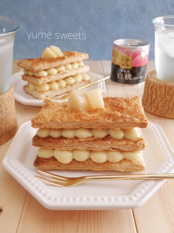 白桃の缶詰とカスタードクリームをはさんだミルフィーユです。とっても豪華な見た目なのに、パイシートを焼いてカスタードクリームと重ねていくだけなので意外と簡単。クリームをしぼる時に丸口金を使えば、横から見てもキレイに♪