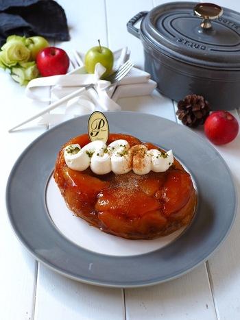 フランス菓子の一つであるタルトタタン。こちらのレシピの具材はリンゴ・砂糖・バター・パイシートと4つだけなので、シンプルで作りやすいです。一人サイズのココットでも、大きなタルト皿でも作れるので、人数に合わせやすいのもポイント。