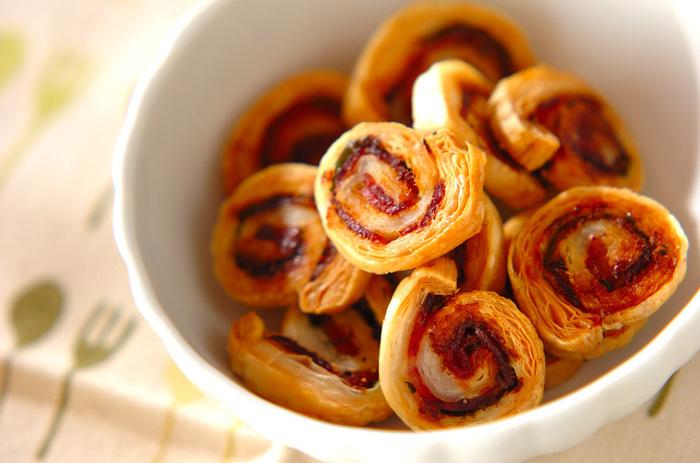 ベーコンと大葉をパイシートで巻いたら、カットして焼くだけでできあがる簡単なパイのレシピ。あっという間にできるので、おつまみにもおすすめです。チーズを一緒に巻いてもおいしそうですね!
