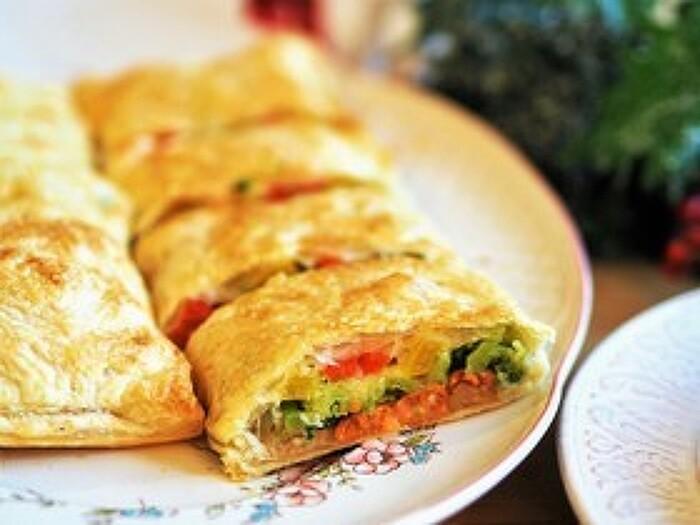 カットした断面が鮮やかなパイ包みのレシピ。スモークサーモンや野菜などカラフルな具材を重ねていくので、彩り豊かになります。具材を重ねる際、一番下にくるみとパン粉を敷くことで野菜から出た水分を吸ってくれ、パイの底もサクサクに仕上がります。