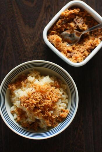 あらを常備菜にしたいなら、ご飯によく合うそぼろがお弁当にも使いやすくおすすめ。同じ調味料でも使う魚の種類によって違い、作る度に発見が。ただしサーモンは脂が強めなので、後で紹介するサーモンフレークのレシピで作ってみましょう!