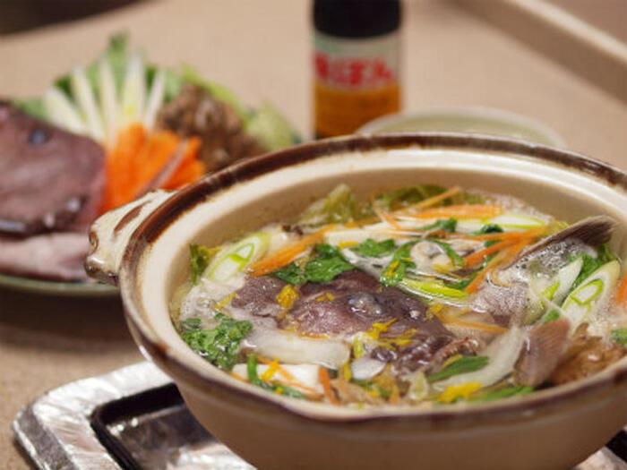 九州ではクエのことを「アラ」と呼びます。つまりアラのあらを使った鍋は、アラのあら鍋…ちょっとややこしいですね。タイ・ブリ・サーモンなどのあらをよく見かけますが、もちろんクエのあらも美味しいのでぜひお試しを!