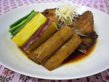 鯛のあら炊きがスタンダードですが、さわらでも美味しく炊き上がります。下処理としてあらを霜降りすること、ごぼうを一緒に煮ることが臭みを取るポイントです。
