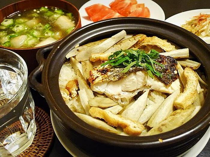 炊き込みご飯もまた、あらの出汁を余さず楽しめる料理の一つ。鯛めしが美味しいのは周知の事実ですが、スズキなど他の白身魚でも美味しく作ることができます。土鍋で炊けばそれだけで豪華な一品になりますよ。