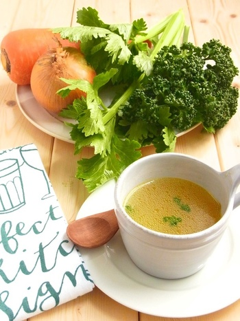 白身魚のあらと野菜から出汁をとれば、洋風のスープストックにも。味を調えてスープにしても美味しいほか、パスタやリゾットなどあらゆる洋食に使うことができます。和風出汁と似た感覚で使えておすすめ!