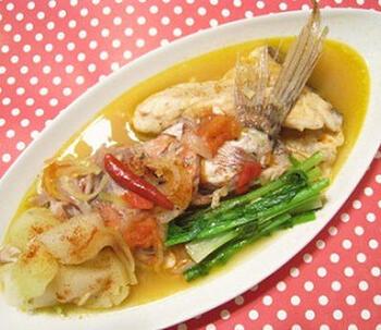鯛だけで作るお手軽ブイヤベース。さまざまな魚介を使わなくてもあらから出汁がでます。コンソメとカレー粉で味を調えれば、冬にぴったりの一品に。