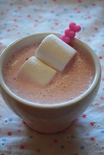 ほんのりとしたピンクが可愛い、いちごホットミルク。マシュマロを温かいミルクに浮かべることで、トロっと溶けて二度楽しめます。