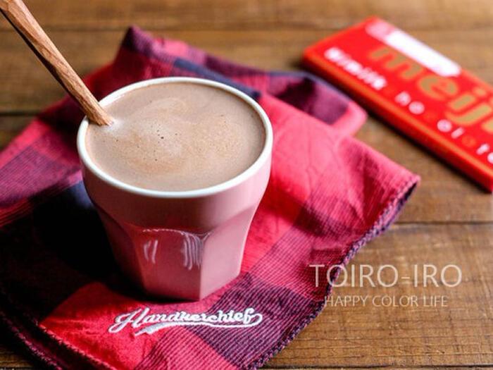 おやつ代わりに飲みたいなら、ホットミルクにチョコレートを溶かしたホットチョコレートはいかがでしょう?こちらのレシピなら、レンジだけで作れてかなりお手軽です。