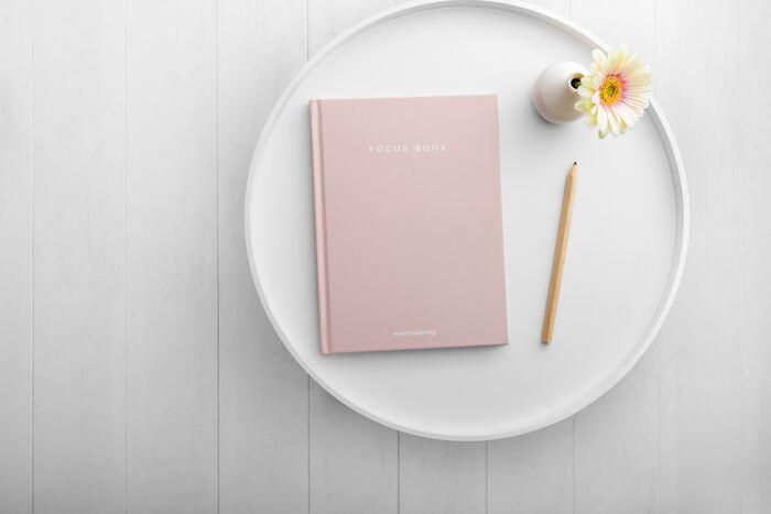 日記をつけるメリットは、自分のことがよく分かるようになることです。その日の出来事だけでなく、思ったことや考えたことなどを書き続けることで、自分の内面と向き合うことができるのです。すると、日々の思考や行動が変化し、人生が好転していきます。
