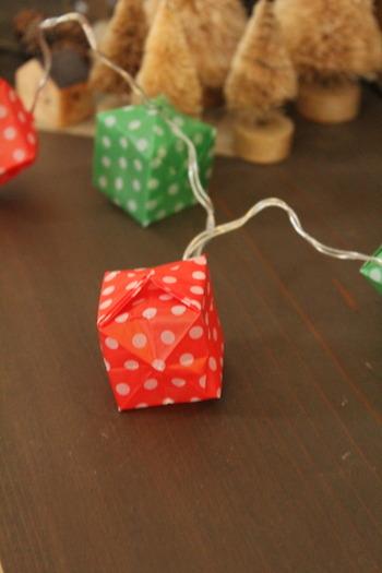 ガーランドは、身近な材料を使って手作りすることもできます。こちらは、ライトのガーランドに折り紙で作った風船を組み合わせています。コロンとしたボックス型が、愛らしくお部屋にもしっくり馴染みそう。赤や緑の折り紙を使うと、クリスマスの飾り付けにもいいですね。