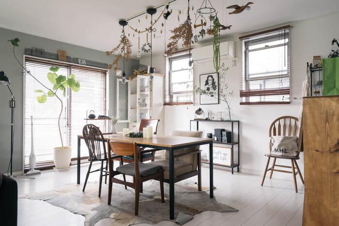 観葉植物や木目調の家具があるお部屋の中央に、ドライフラワーのガーランドを吊り下げるとナチュラル感たっぷりに。ペンダントライトに絡むように吊り下げられ、存在感がありながらもインテリアに溶け込んでいます。ドライフラワーの色合いを似たもので統一すると、数が多くてもすっきりと見えますね。