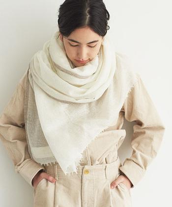 優しい色味の「ホワイト」や「ベージュ」のマフラーは、清楚で女性らしい雰囲気が素敵ですよね。こんなふうに全体を同系色でまとめると、より上品で洗練された印象に。極細のカシミヤ糸を使用し、一枚一枚手織りで仕上げた上質なストールなら、ワンランク上のおしゃれな秋冬コーデが楽しめそうです。