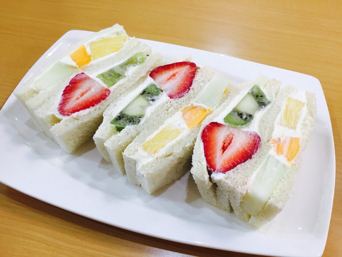 京都でフルーツサンドと言えば、一番に名前が挙がるほど人気の「ヤオイソ」。たくさんのフルーツサンドが並んでいます。その種類も定番のものから季節限定のものまで豊富なラインナップ。新鮮なフルーツがふんだんに使われていて、眺めているだけでも笑顔がこぼれてしまいそうです。