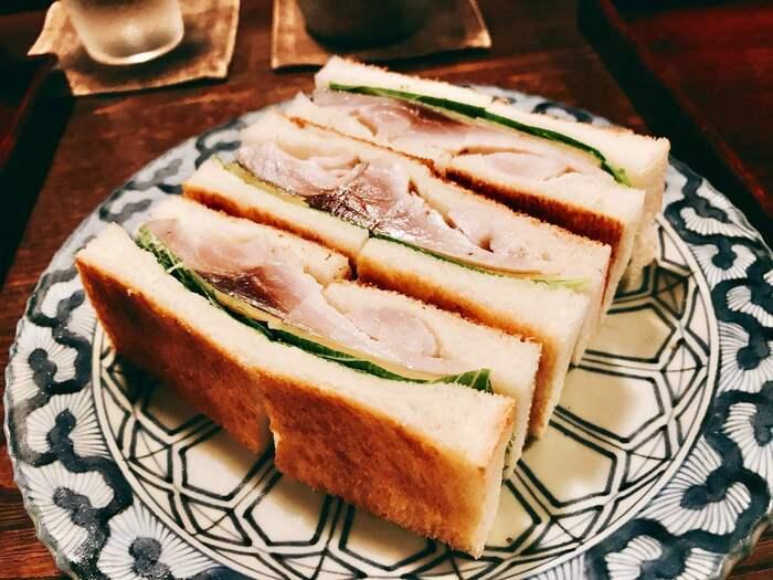 「祇園ろはん」で食べられるのは一風変わった「鯖サンド」。京都のサンドイッチの中でもなかなか目にすることが少ない具材ではないでしょうか。酢で締めた大きな鯖を、大胆に挟み込みこんだサンドイッチは、パンとの相性も抜群で絶品です。
