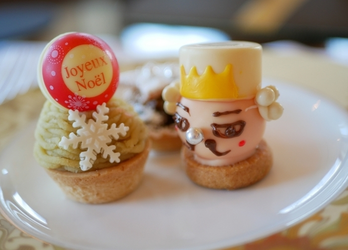 「ザ・ロビーラウンジ」のアフタヌーンティーセットでは、ホテルオリジナルスコーン、セイボリー、スイーツの3段の構成で、季節に合わせたティーフードが提供されます。例えばこちらはくるみ割人形をテーマにした、2017年クリスマスアフタヌーンティーのスイーツ。食べるのが勿体無くなってしまいそうな可愛さですね。