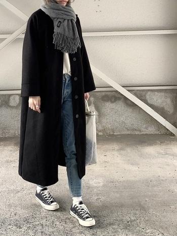 ひざ下まであるブラックのロングコートは、デニムとスニーカーで軽さを出し、カジュアルな休日コーデに。グレーのマフラーを首元にきゅっと縛って、たくさん歩く日も寒さへっちゃらです。