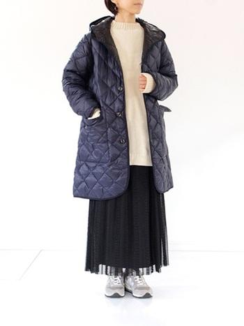 寒色系のコートには、白いニットを合わせて柔らかさをプラス。シフォンの黒プリーツスカートでさりげなく女性らしさを忍ばせて。